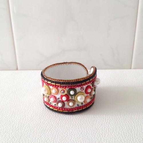 【ビーズ刺繍】赤いドットのシンプルブレスレット
