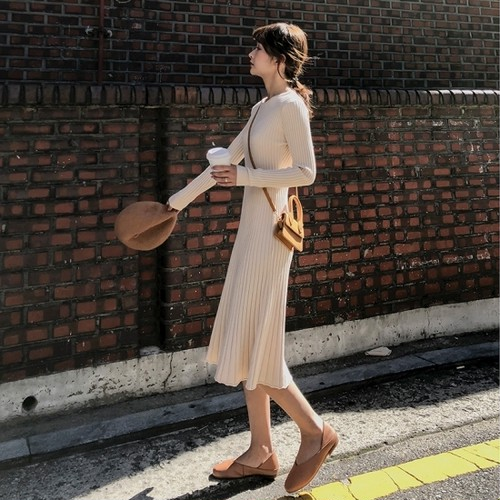 タイトなボディラインが大人フェミニンなリブニットの長袖ワンピース 3色
