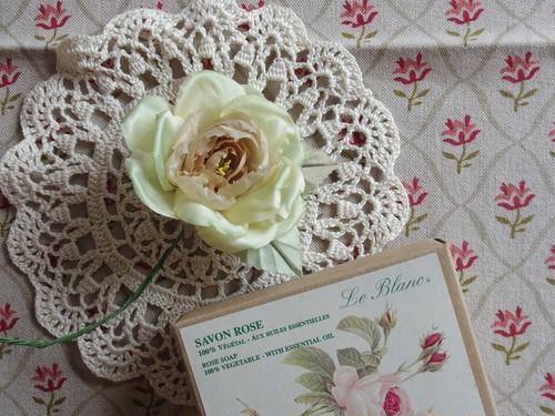 アンティークスタイルの手染め布花コサージュ  メロンカラーローズ n-14
