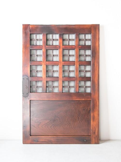 鉄格子の蔵戸