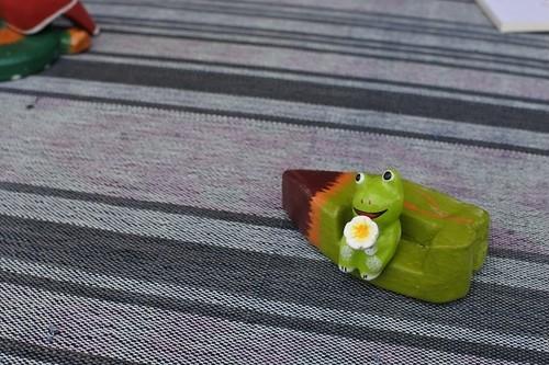 木彫りの動物 葉っぱのソファ カエル