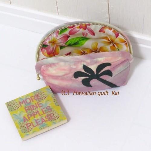 ピンクの空 ハワイアンキルトで作るヤシの木のポーチ Mサイズ (Kaiのlogoオリジナルデザイン)土台布はシェイズテキスタイルsky使用