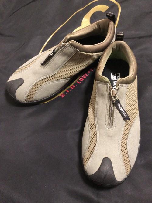 2010's VANSPORT mesh zip sneaker