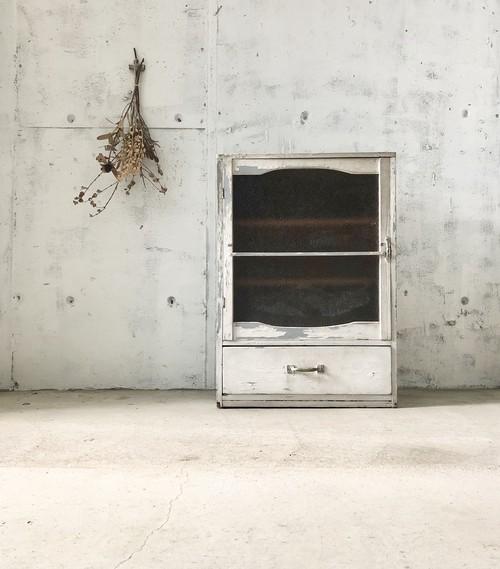 シャビーシックなガラス扉の収納棚[古家具]