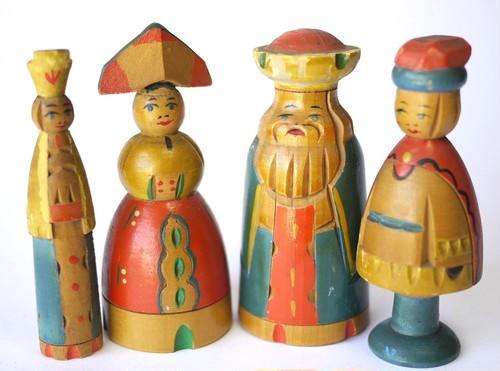 小さな木彫人形  4個  ペイント郷土木地民芸品