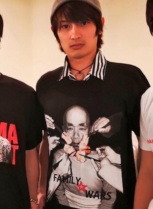 『ファミリー☆ウォーズ』Tシャツ(A)黒