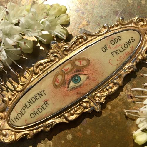 「プロビデンスの目」のブローチ