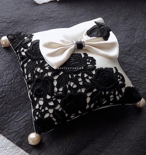黒いバラのケミカルレースを飾ったリングピロー