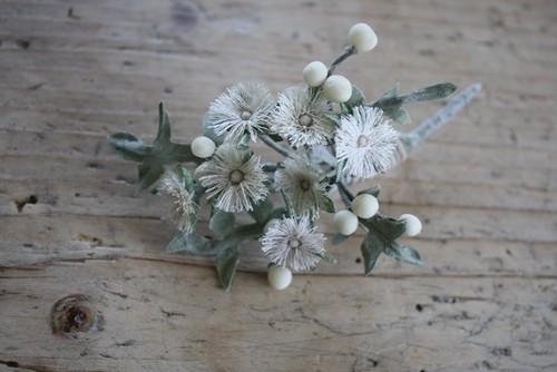 白い実のある布花ブローチ