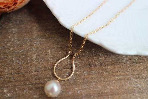 馬蹄形トップのあこやバロック本真珠のネックレス