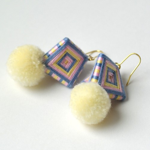 kincot 糸巻きポンポンピアス(オフホワイト×パープル)