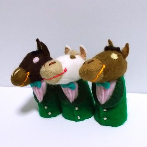 緑色のスーツのお馬さん