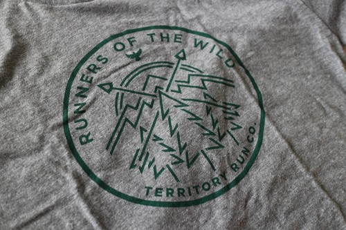 Territory RUN CO./MEN'S RUNNER'S BADGE T-SHIRT