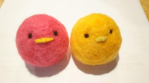 羊毛フェルトぴよ2個入*黄色×桃(鈴入り猫のおもちゃ)