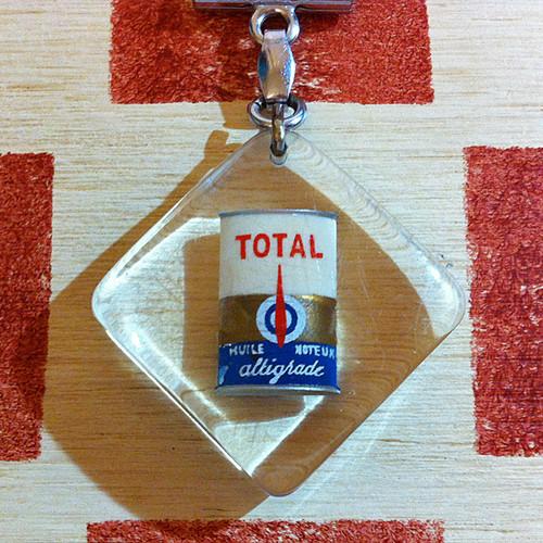 フランス 石油会社トタルオイル缶広告ノベルティ ブルボンキーホルダー