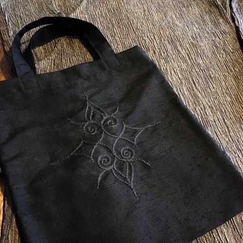 黒のバッグ✳︎アイヌ刺繍