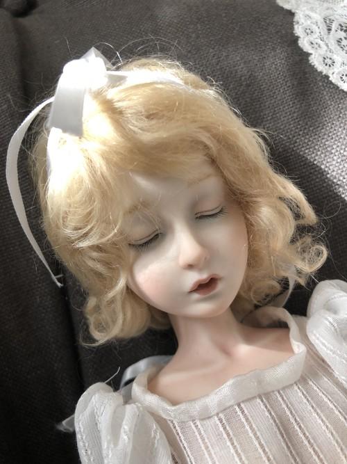 田崎準子作 眠り目の少女(オールビスク)