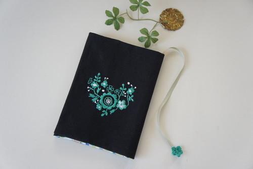 【バレンタインギフト】刺繍の文庫カバー(黒×グリーン)