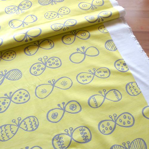 まるちょうちょ (yellow-grey) オーガニックコットン スムースニット ファブリック 10cm単位 (幅142cm)