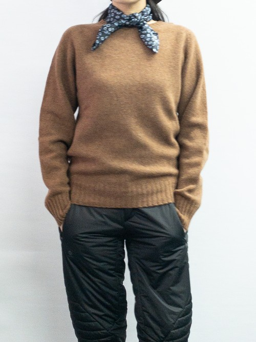 【ARMEN】CREW NECK SADDLE SHOULDER P/O:ブラウン