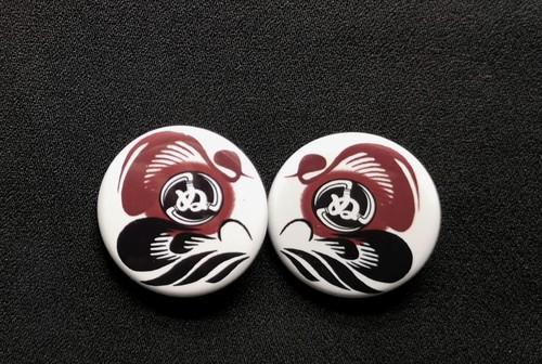 達磨かまわぬ【赤黒】缶バッチ 32mm