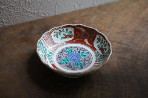 古伊万里 色絵花文の小ぶりの輪花深皿 Antique Japanese Imari Polychrome Small Bowl with Flowers Design 19th C