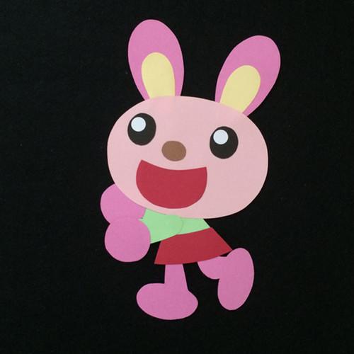 何かを押さえるウサギの壁面装飾