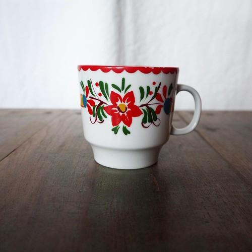 赤い縁の花柄のカップ