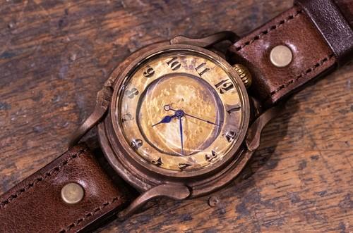 焼き物をイメージしたクラフト感の強い大き目の腕時計(Smokey/店頭在庫品)
