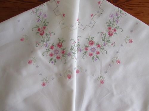 【満開のピンクのお花】 愛らしいピンクのお花の手刺繍 テーブルクロス /ヴィンテージ・フランス