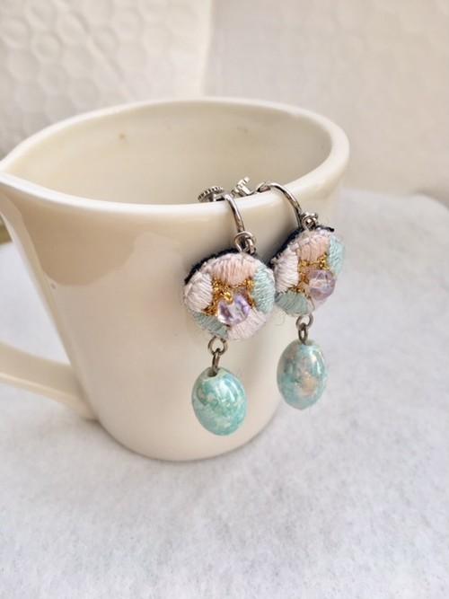 パステルカラーのアンティークビーズ&刺繍のイヤリング