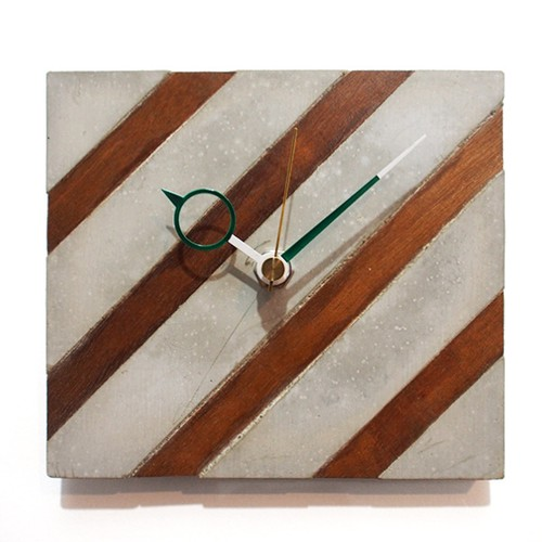 木とセメントの壁掛け時計