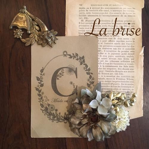 ジニアとゴールドリーフモチーフの花飾り