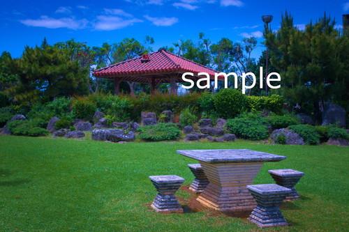 沖縄の空と芝生と赤瓦【写真データDSC08507S】