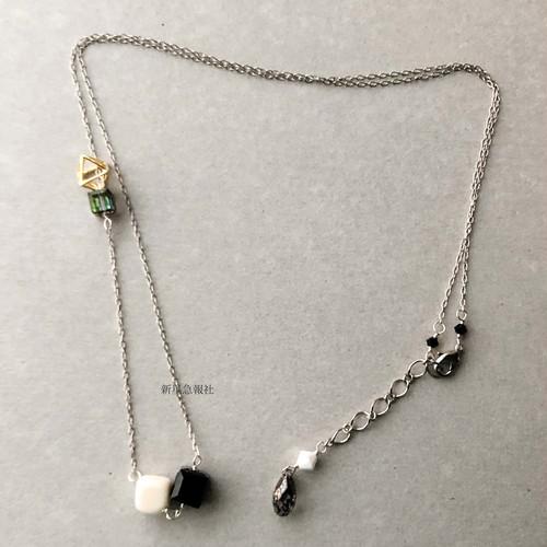 変化と宝石の賽のネックレス
