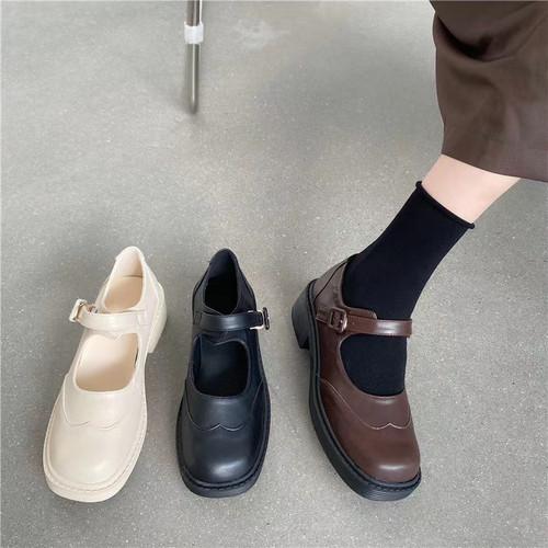 ウィングチップレトロローファー 革靴 ストラップ スクエアトゥ ローヒール 厚底 合皮 革 黒 ブラック 白 ホワイト 茶 ブラウン 脱げない ガーリー フェミニン かわいい おしゃれ 韓国