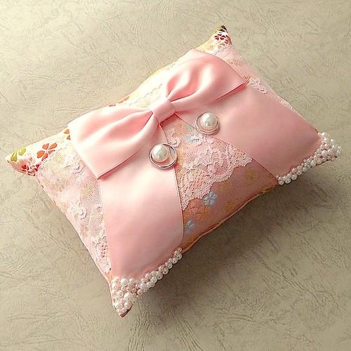 リボンを飾ったピンクの和風リングピロー