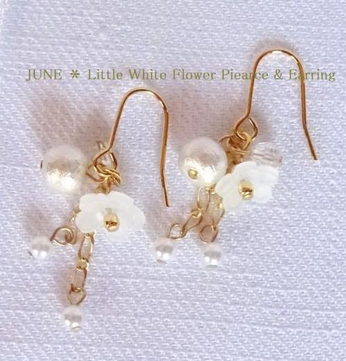 小さな白い花とコットンパールのピアス/イヤリング