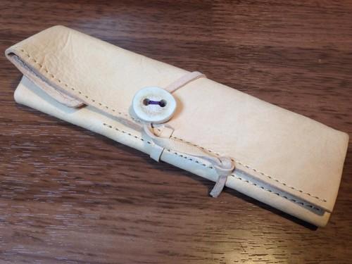 エゾシカ革 タンニン鞣し革 ヌメ革 エゾシカ角ボタン付 巻型ペンケース