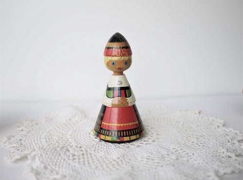 SALVO ヴィンテージ木製人形 民族衣装の女の子 エストニア