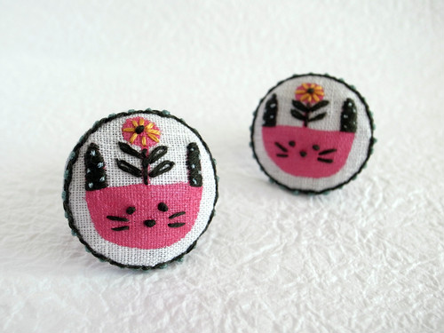 bloomingうさぎ刺繍ブローチ
