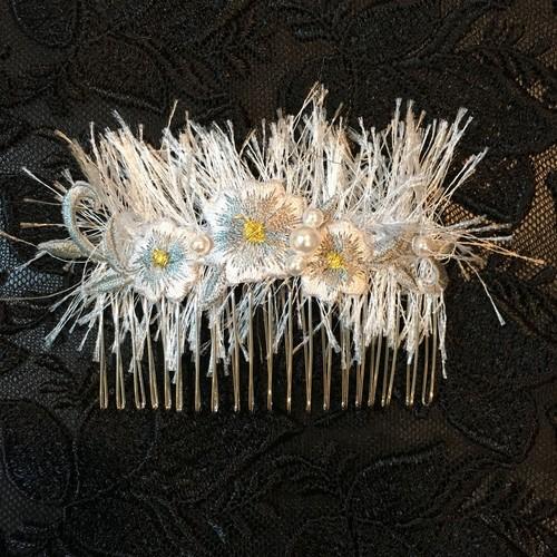 毛虫と花刺繍のヘアコーム(アイスブルー)