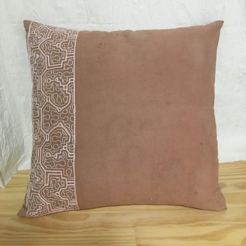 アマゾンの泥染めクッション 40-2ベージュピンク刺繍