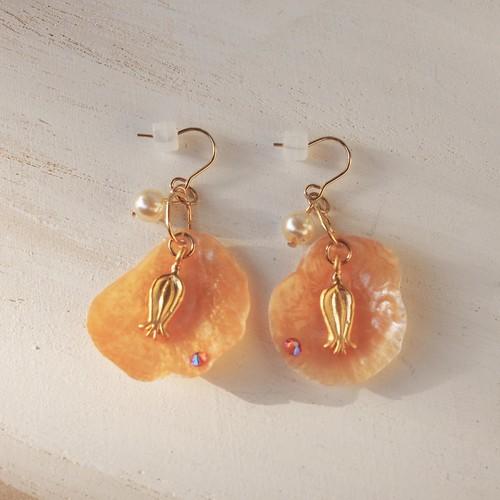 ザクロの花のオレンジ色のピアス