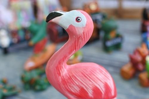 細かく手描きをした木彫りの鳥 フラミンゴ
