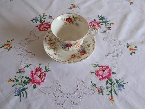 【3カラーのフラワー】黄色 ピンク 青のお花のクロスステッチ手刺繍 テーブルクロス /ヴィンテージ・ドイツ