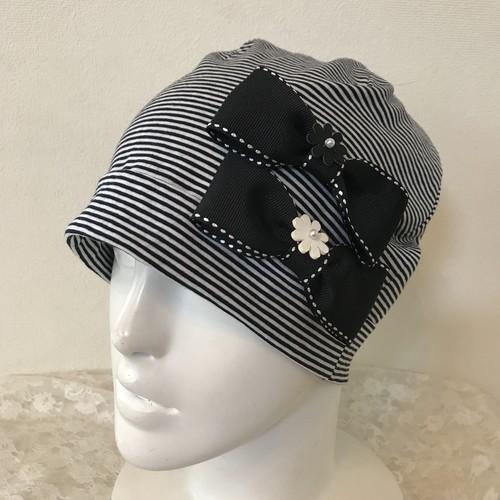 お花とダブルリボンのケア帽子 黒白細ボーダー
