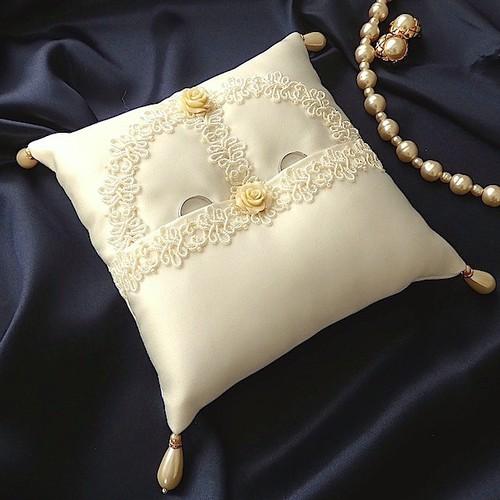 コード編みのブレードを飾ったタック式リングピロー