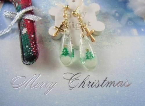 クリスマスの雪景色を閉じ込めたしずくのピアス