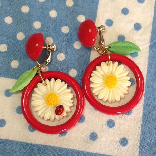 837 マーガレットと赤いフープイヤリング